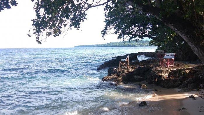 Menikmati Deburan Ombak dan Pemandangan Laut yang Indah di Pantai Pasir Putih di Manokwari