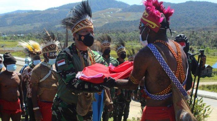 Pangdam XVIII/Kasuari Serahkan Bendera Merah Putih ke Kepala Suku di Pegunungan Arfak