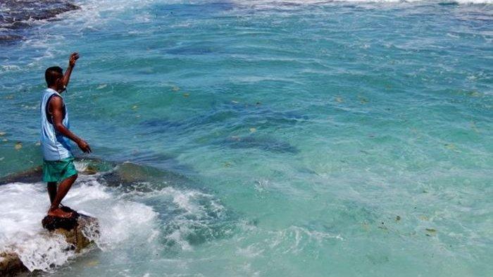 Tak Hanya Lihat Atraksi Pemanggilan Ikan, Wisatawan Bisa Lakukan Hal Ini di Pantai Bakaro Manokwari