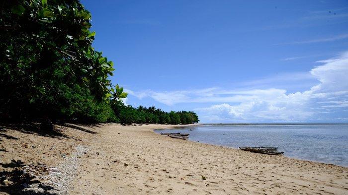 Menikmati Indahnya Bentangan Pasir Putih dan Deburan Ombak di Pantai Tanjung Kasuari Sorong