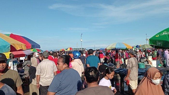 Pengunjung di Pasar Ikan Jembatan Puri Sorong Abaikan Prokes Covid-19