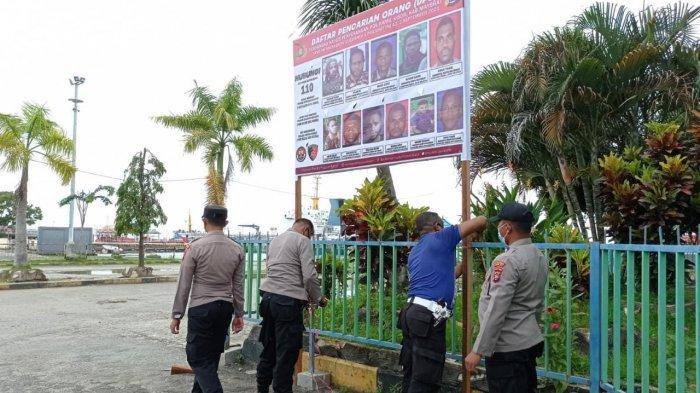Polres Sorong Kota Pasang Spanduk dan Stiker Berisi Identitas DPO Kasus Penyerangan Posramil Kisor