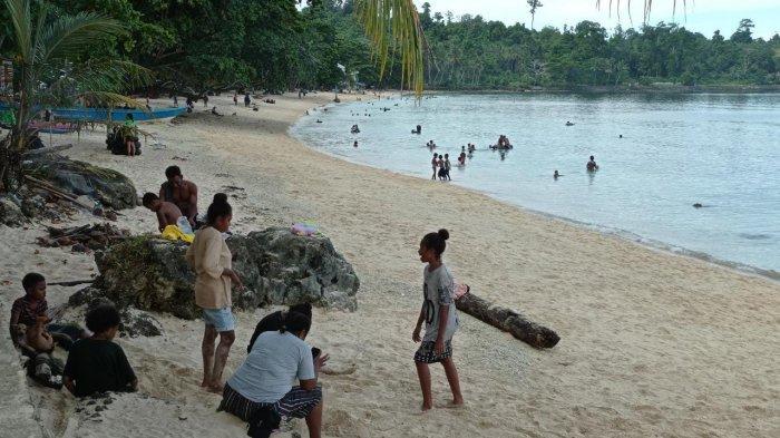 Manokwari Masih dalam Masa PPKM, Pengunjung Pantai Pasir Putih Abaikan Prokes