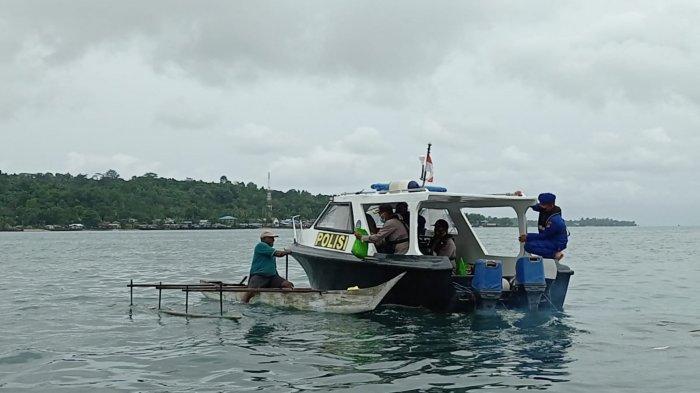 Polres Manokwari Bagikan 50 Paket Sembako untuk Nelayan di Tengah Laut, Kapolres: Semoga Bisa Bantu