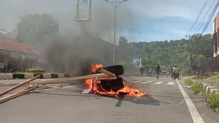 Sejumlah Warga Blokade Jalan di Manokwari, Berawal dari Informasi Hoaks terkait Napi yang Kabur