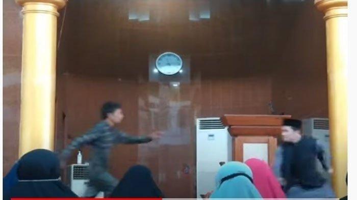 Viral Video Ustaz Diserang OTK saat Ceramah di Masjid, Ibu-ibu Histeris dan Langsung Tangkap Pelaku
