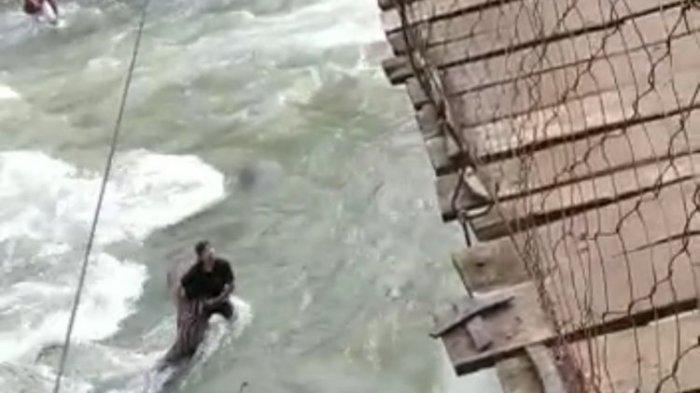 Viral Video Ibu dan Anak Jatuh ke Sungai dari Jembatan Gantung, sang Ayah Tergantung Pegangi Papan