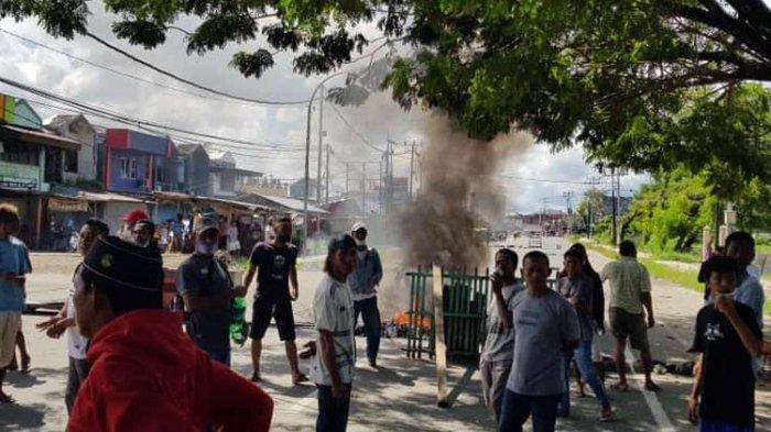 Warga Kota Sorong Blokade Jalan dan Bakar Ban, Minta Polisi Segera Tangkap Perampok yang Berkeliaran