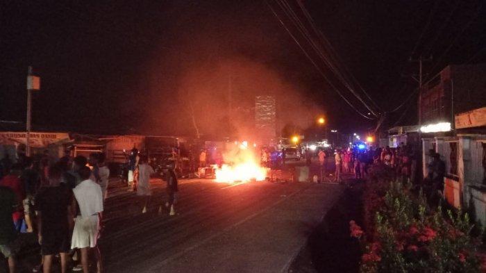 BREAKING NEWS: Warga Palang Jalan Marampa Manokwari, Pengendara Tertahan