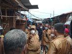 Bupati-Manokwari-Hermus-Indou-mengunjungi-Pasar-Wosi-pascakebakaran.jpg