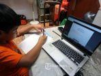 Christabel-siswa-SDK-Penabur-Duren-Sawit-mengerjakan-tugas-sekolah-di-rumahnya.jpg