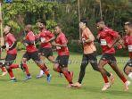 Para-pemain-Persipura-Jayapura-saat-berlatih.jpg