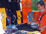 Penjual-kaos-PON-XX-Papua.jpg