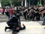 Polisi-banting-peserta-demo.jpg