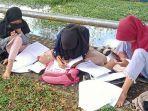 Sejumlah-pelajar-di-Kabupaten-Kaur-terpaksa-belajar-daring-di-tepi-sungai.jpg