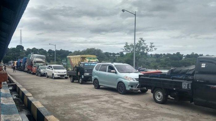 Kapal Feri Batal Berangkat, 20 Dump Truck Parkir di Bolok