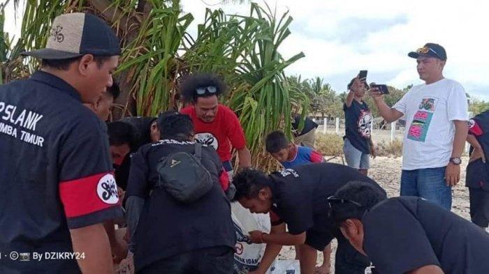 Demi Menjaga Lingkungan, SFC Sumba Timur Bersih-Bersih Sampah di Pantai Walakiri