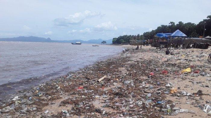 Pantai Warna Oesapa Dipenuhi Sampah Usai Diterjang Gelombang