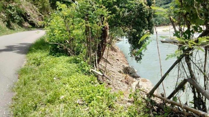 Luapan Air Sungai Wae Pesi Kikis Jalan Trans Ruteng-Reo