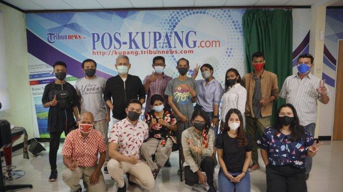 Pemimpin Redaksi (Pemred) Pos Kupang, Hasyim Ashari (baju hitam) bersama Seriat Jurnalis untuk Keberagaman (Sejuk) dan kelompok minoritas di NTT ke Redaksi Pos Kupang, Senin (23/8/2021) siang.