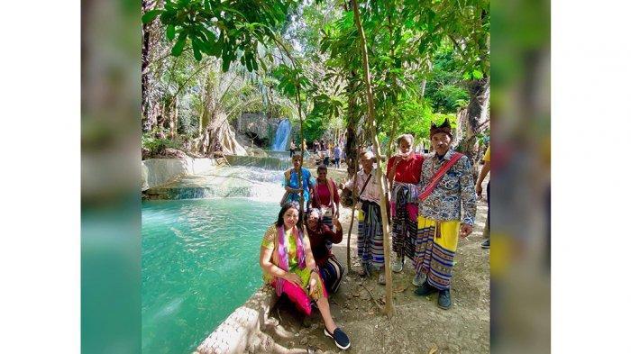Air Terjun Hono ini berada di Desa Sillu atau di tapal batas Desa Seki,Kecamatan Amabi Oefeto Timur dan Dusun Sublele, Desa Silu Kecamatan Fatuleu, Kabupaten Kupang, Provinsi NTT.