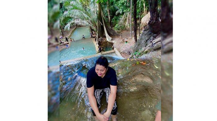 Air Terjun Hono ini berada di Desa Sillu atau di tapal batas Desa Seki, Kecamatan Amabi Oefeto Timur dan Dusun Sublele, Desa Silu Kecamatan Fatuleu, Kabupaten Kupang, Provinsi NTT.