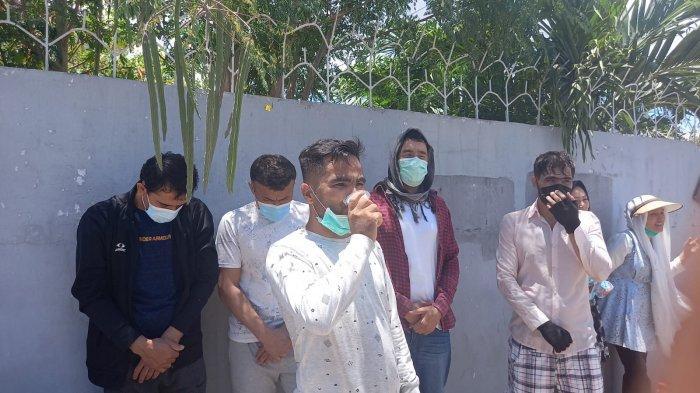 Pengungsi asal afghanistan di Kupang mendatangi Kantor IOM Kupang, Kamis (7/10/2021) untuk meminta resetlemen ke negara ketiga kepada IOM dan UNHCR.