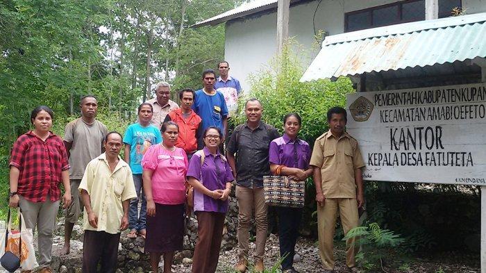 Direktris LBH APIK NTT, Ansi D Rihi Dara, SH (kedua dari kanan) dan Kepala Desa Fatuteta, Kabupaten Kupang bersama sejumlah pengurus dan paralegal LBH APIK, Selasa (17/1/2017) pagi.