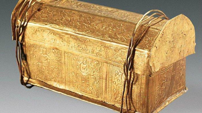 Tulisan-tulisan yang diukirkan pada pelindung laci batu menceritakan tentang bagai bongkahan tengkorak Buddha bisa sampai ada dalam kotak.