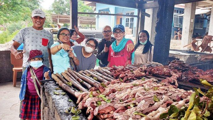 Wisatawan di lokasi Kuliner khas NTT, daging babi asap Se'i Babi Baun Om Ba'i di Baun, Kabupaten Kupang, Provinsi NTT, Indonesia.