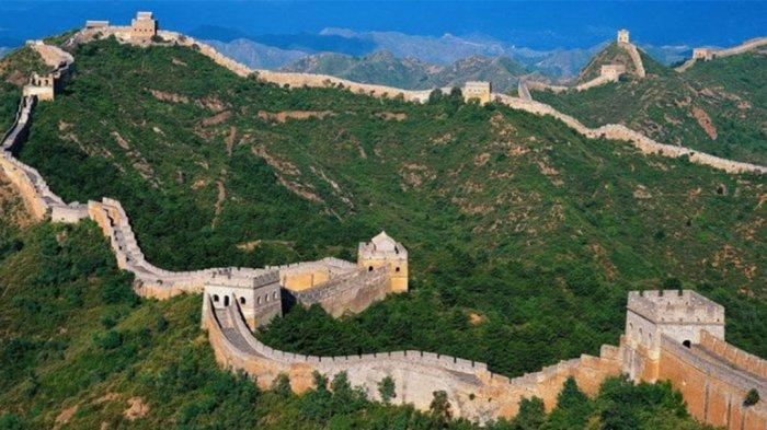 Tembok Besar Tiongkok dianggap sebagai salah satu dari Tujuh Keajaiban Dunia. Tahun 1987, bangunan ini dimasukkan dalam daftar Situs Warisan Dunia