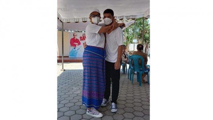 Ketua DPRD NTT, Ir Emi Nomleni dan anaknya, Samuel, dalam kegiatan vaksinasi Covid-19 tahap 2 di Rumah Jabatan Ketua DPRD NTT, Sabtu (26/9/2021) siang.