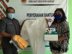 Anggota Komisi X DPR RI Anita Gah Bawa Ratusan Sepatu Boot ke RSUD SK Lerik Kupang