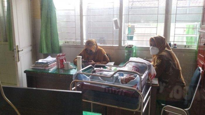 Bayi Laki-Laki Ditemukan Terbungkus Jaket Hitam, Jadi Rebutan Warga untuk Adopsi