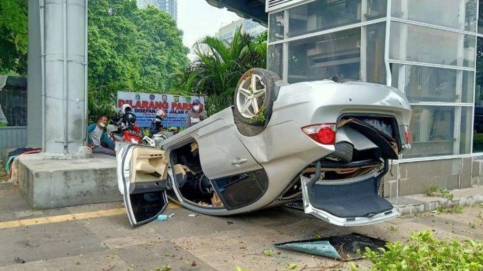 Sebuah Mobil Honda Civic Alami Kecelakaan Tunggal, Mobil Terguling di Depan Polda Metro Jaya
