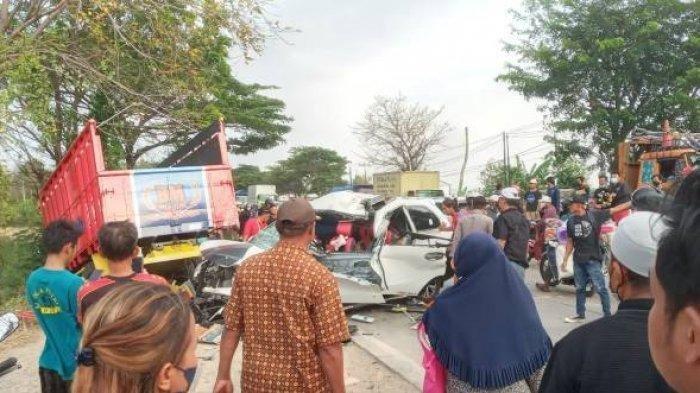 Mobil Avanza Tabrak Truk, Wanita Hamil 7 Bulan Tewas