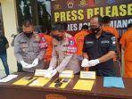 KAPOLRES-Aceh-Tamiang-AKBP-Imam-Asfali-memperlihatkan-barang-bukti-sabu-sabu.jpg