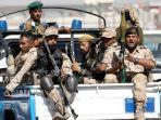 PASUKAN-Houthi-menumpang-di-bak-truk-polisi.jpg