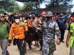 petugas-gabungan-mengevakuasi-jenazah-noval-al-ghazali-bocah-asal-medan.jpg