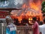 rumah-berkonstruksi-kayu-di-gampong-geuleumpang-geulidieng-kecamatan-padang-tiji-terbakar.jpg