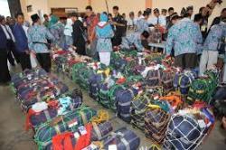 Jemaah Haji Dapat Air Zam Zam di Debarkasi