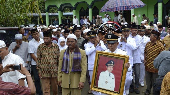 Mengenang H Makmur Syahputtra, SH,MM, Tokoh Subussalam yang Juga Mantan Bupati Aceh Singkil - Pemakaman-Mantan-Bupati-Aceh-Singkil.jpg