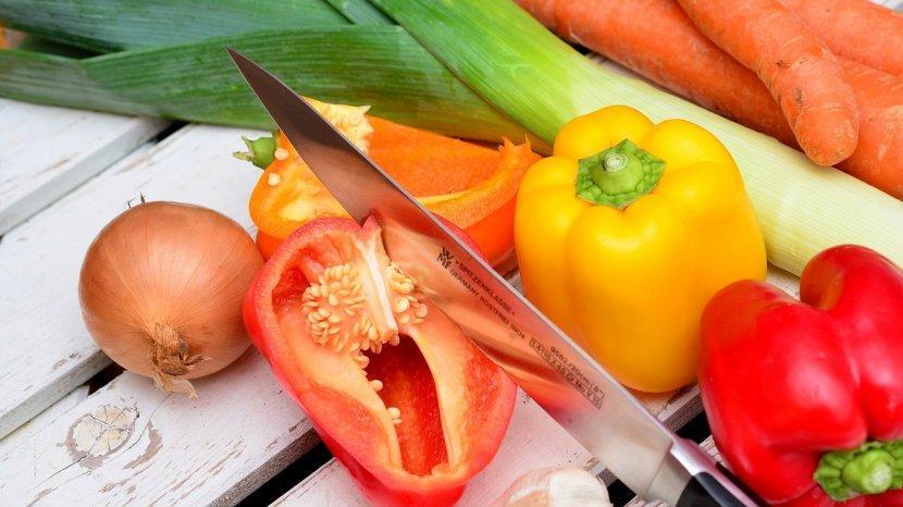 ilustrasi-memotong-sayur-dan-buah-buahan-dengan-pisau.jpg