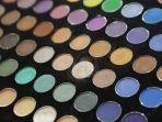 ilustrasi-eyeshadow-pallete-yang-memiliki-ratusan-warna-untuk-membuat-mata-lebih-indah.jpg