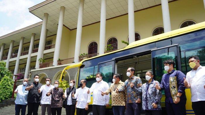Airlangga Hartarto berikan bantuan berupa dua unit bus listrik dan dua unit microbus kepada UGM.