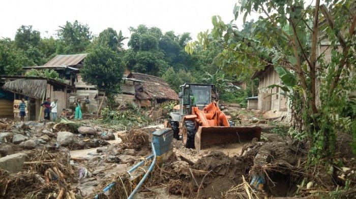 PUPR Mamasa Kerahkan 2 Alat Berat Bersihkan Material Longsor dan Banjir di Burana