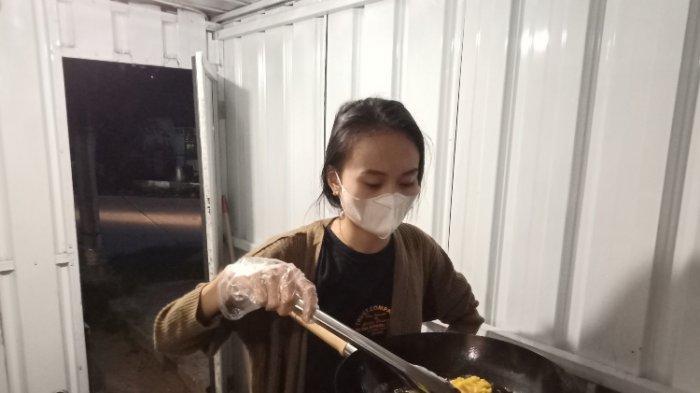 Anak Wakil Bupati Mamasa, Gita Maharani Tiranda (25) jualan kudepan di pinggir jalan.
