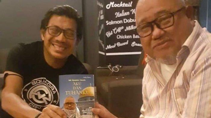 Andi Darussalam Tabussalla bersama seorang sahabat saat peluncuran bukunya