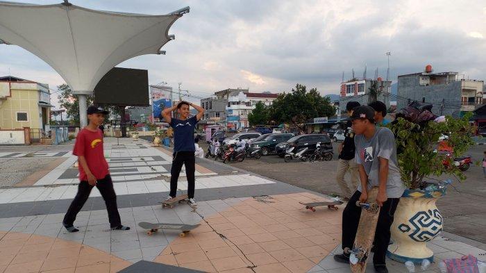 Anggota KMS saat bermain skateboard