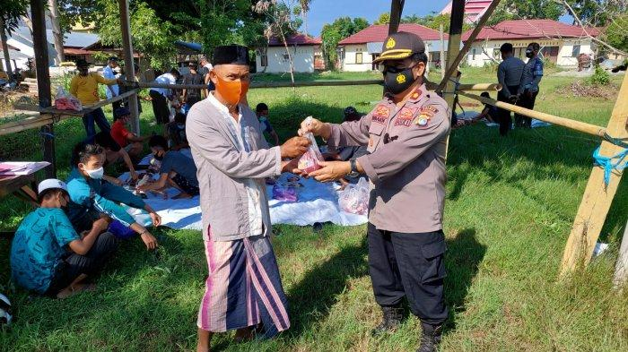 Polres Polman Sebar Daging Kurban untuk Warga di Sekitar Jl Dr. Ratulangi Polewali Mandar